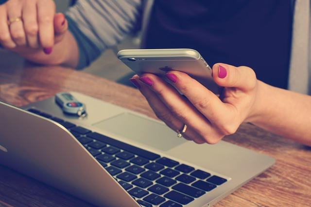 ordinateur et smartphone